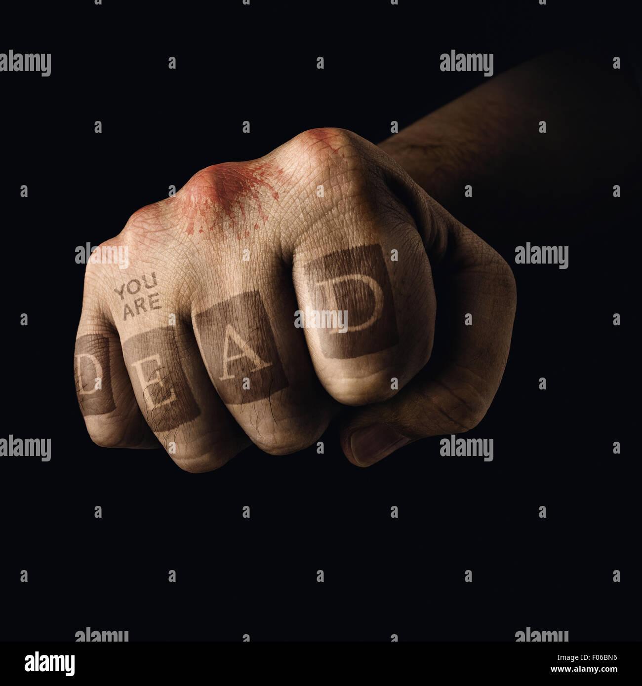 Puño cerrado con la muerte tatuaje en los dedos. Concepto de deportes violentos. Imagen De Stock