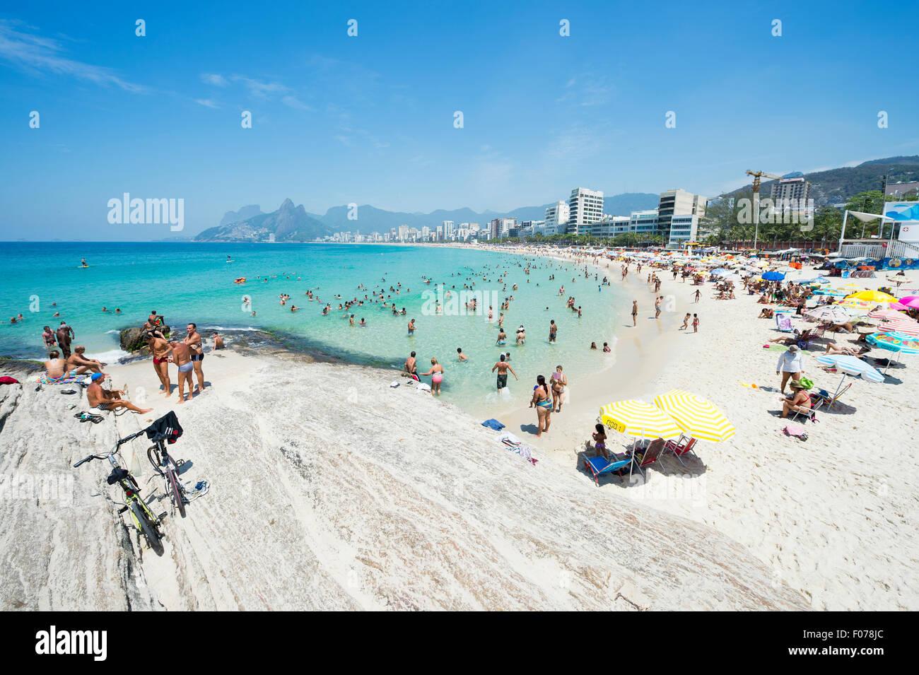 Río de Janeiro, Brasil - Enero 17, 2015: Beachgoers tomar ventaja de la mar en calma en el Arpoador final de Imagen De Stock