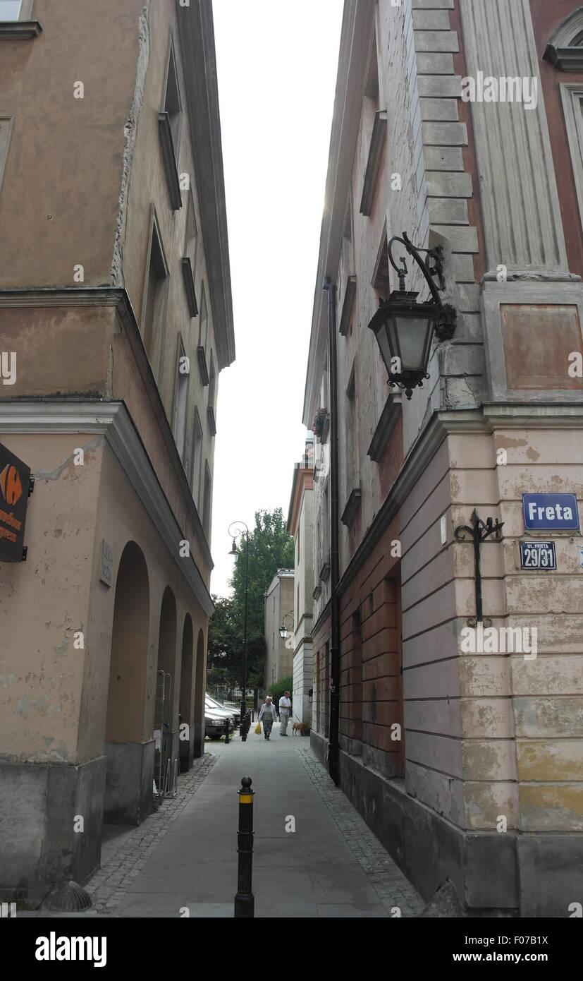 Las nubes blancas retrato callejón entre casas hacia ulica Freta Kozla  desde Street 6b1f6171fde