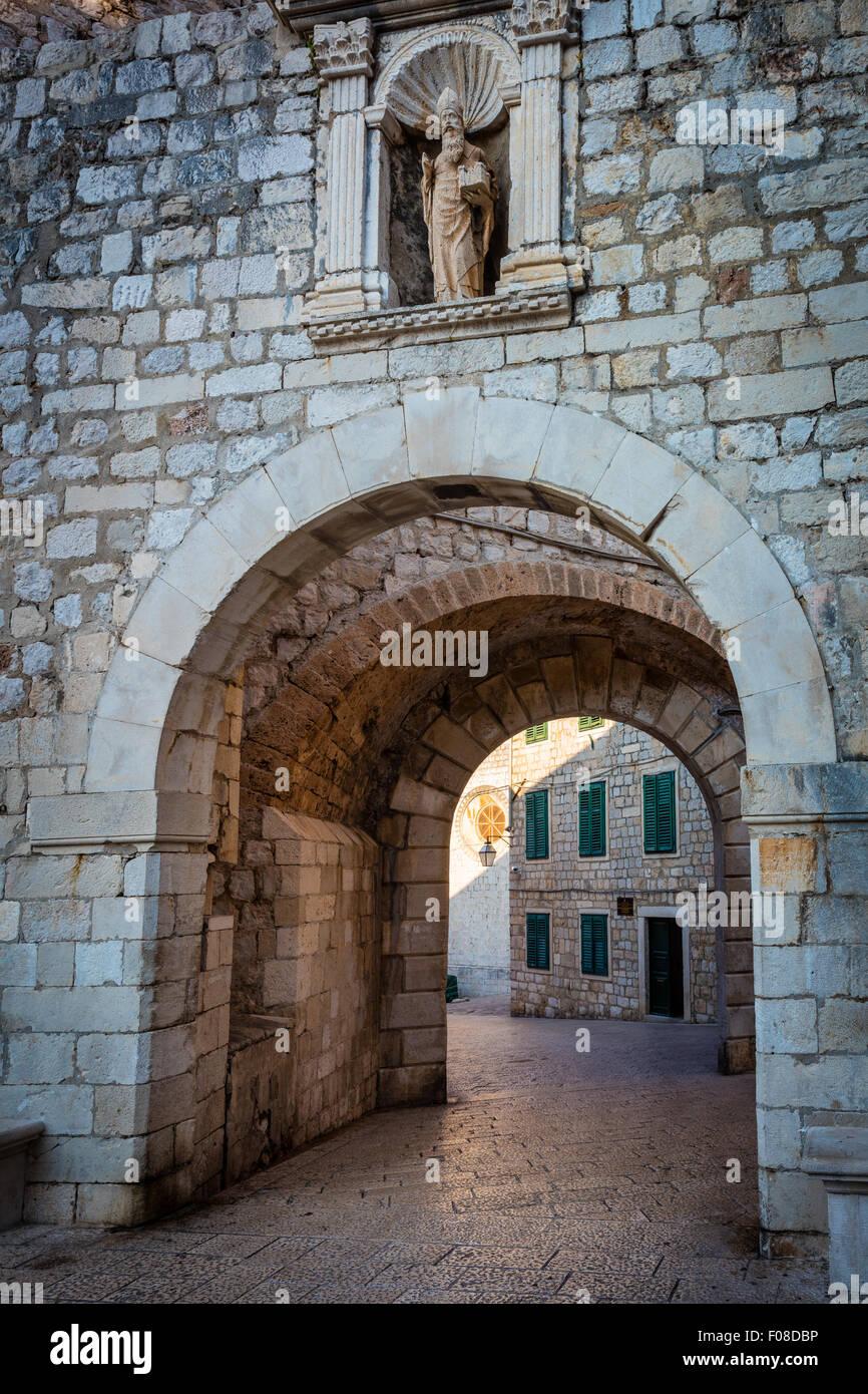 Dubrovnik, Croacia, que se caracteriza por sus murallas medievales de la ciudad. Dubrovnik es una ciudad croata en el Mar Adriático. Foto de stock