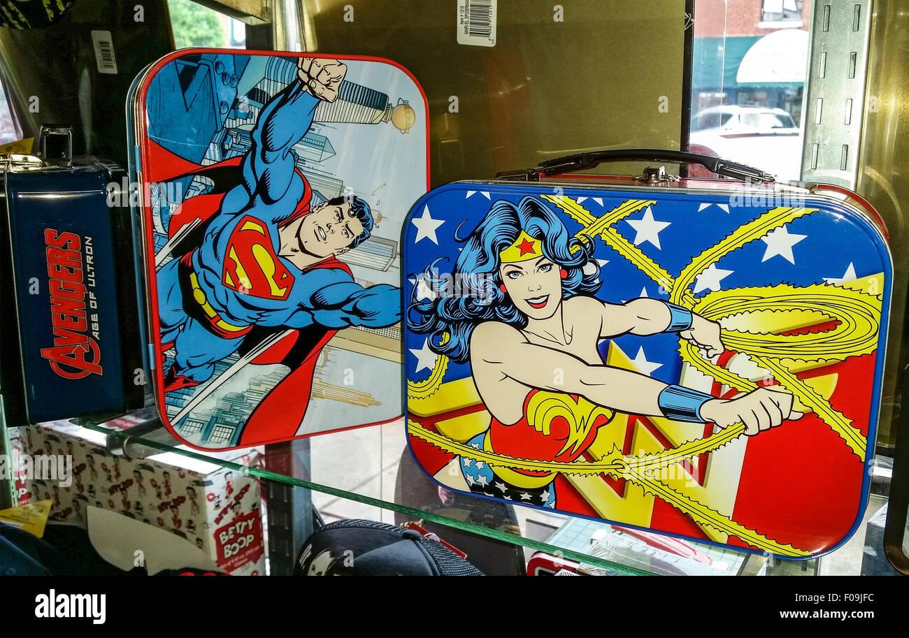 Nostálgicos recuerdos, incluyendo viejos tiempos super hero fiambreras y StarTrek memorabilia venden a Dick's Imagen De Stock