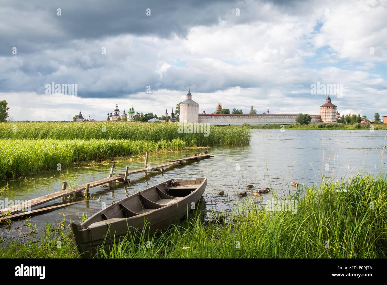 Ver Cirilo Monasterio Belozersky un día soleado de verano Imagen De Stock