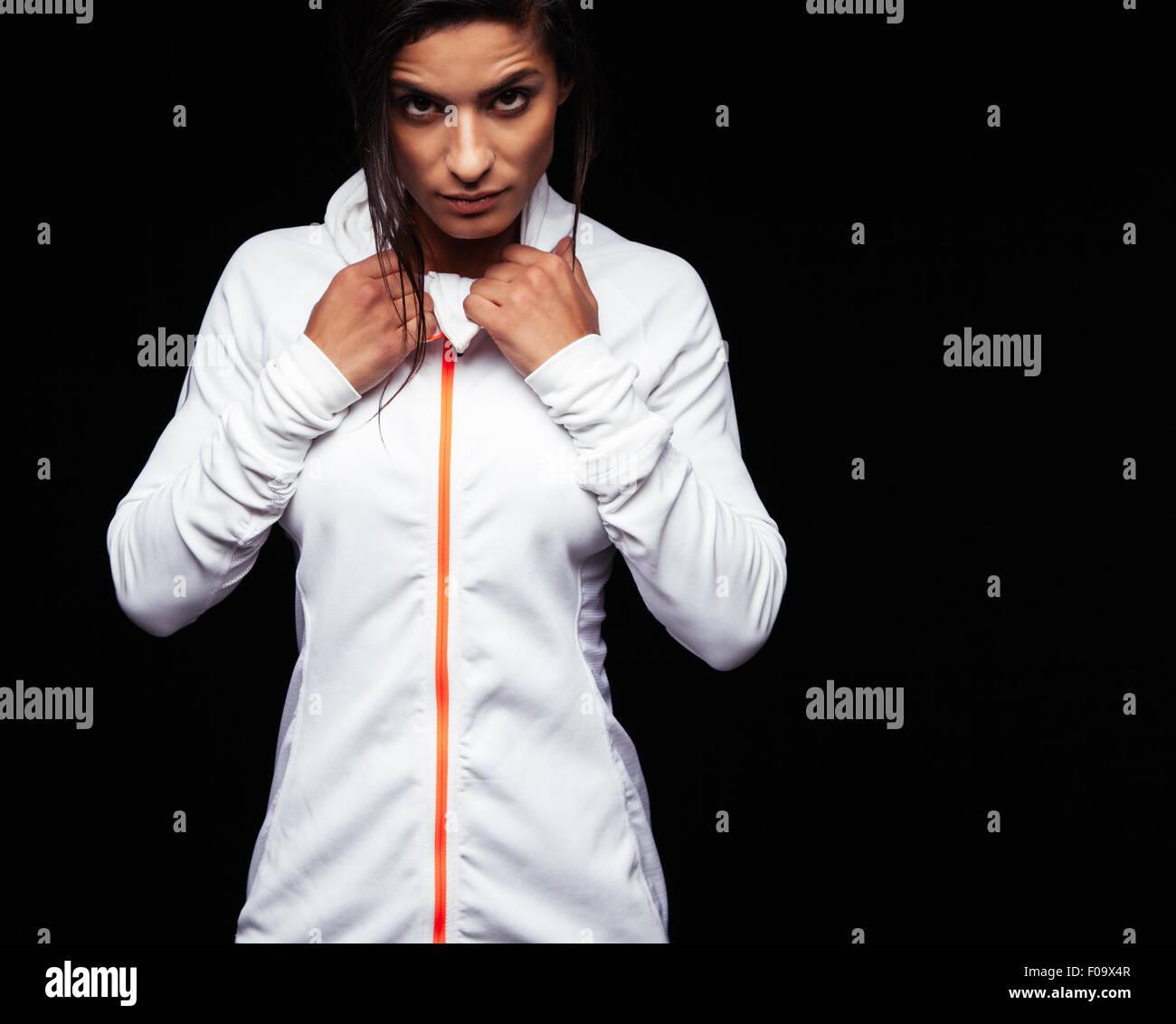 Retrato de mujer fitness en ropa deportiva mirando a la cámara con una actitud. Caucásica modelo femenino Imagen De Stock