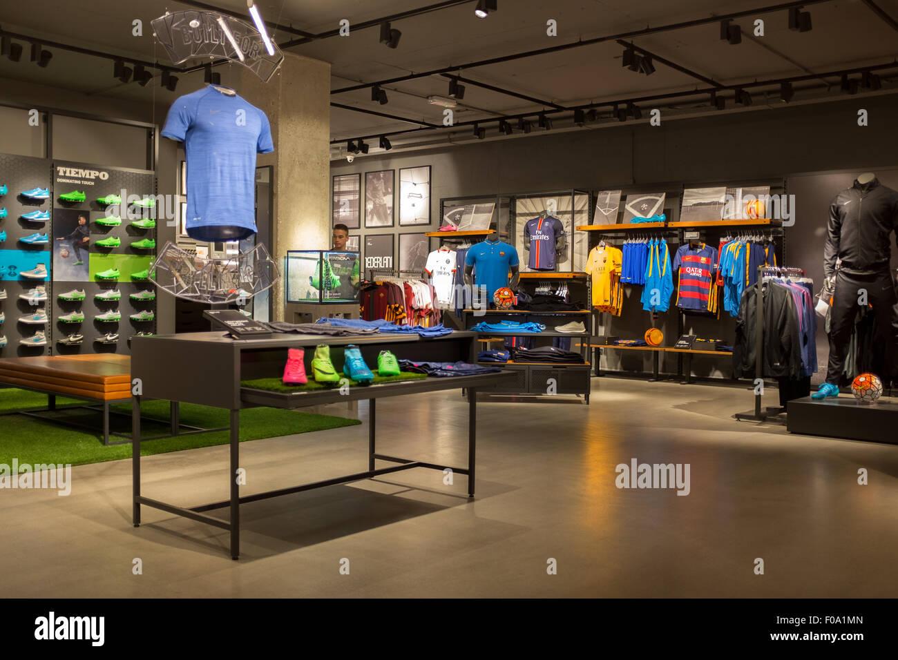Interior de la tienda Niketown en el centro de la ciudad de Amsterdam  Imagen De Stock e364e6c745ddf
