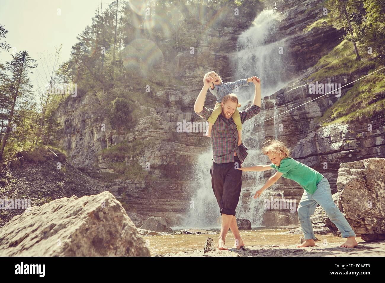 Dos generaciones familia divirtiéndose en cascada, Ehrwald, Tirol, Austria Imagen De Stock