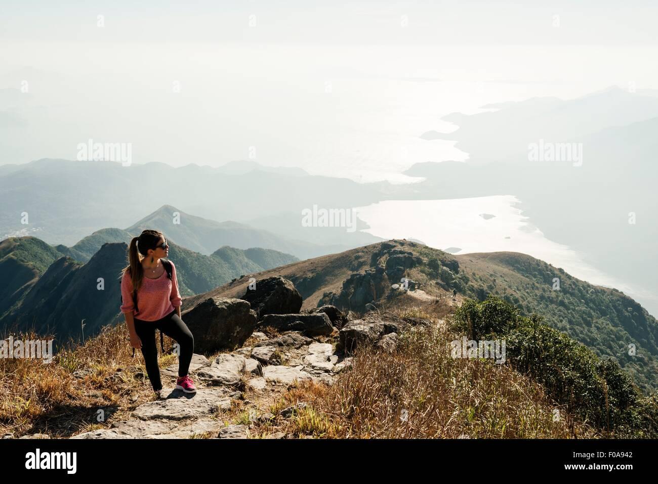 Mujer joven excursionista en Lantau Peak apartar la mirada, la isla de Lantau, Hong Kong, China Imagen De Stock