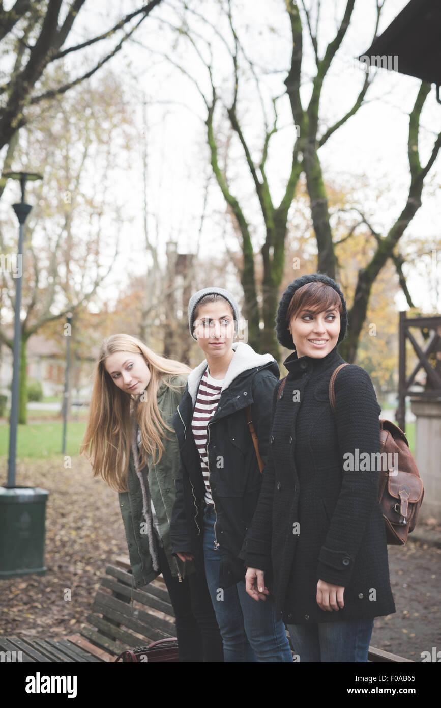 Tres hermanas posando en el parque Foto de stock
