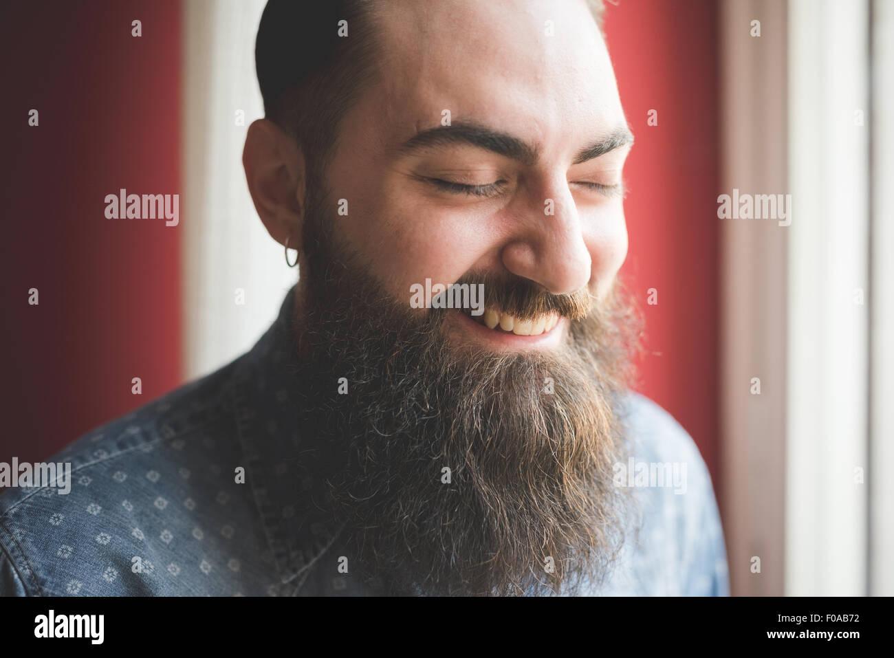 Retrato de hombre joven con barba Foto de stock