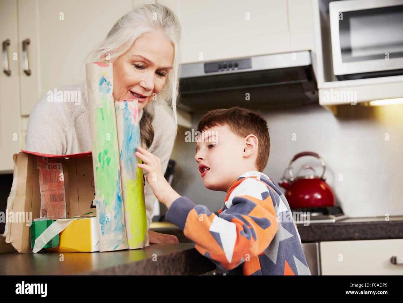 Abuela y nieto haciendo el modelo de cartón Imagen De Stock