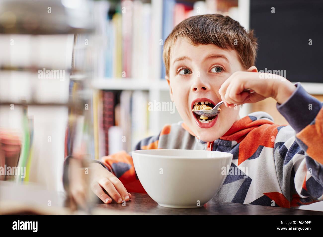 Joven desayunando Foto de stock