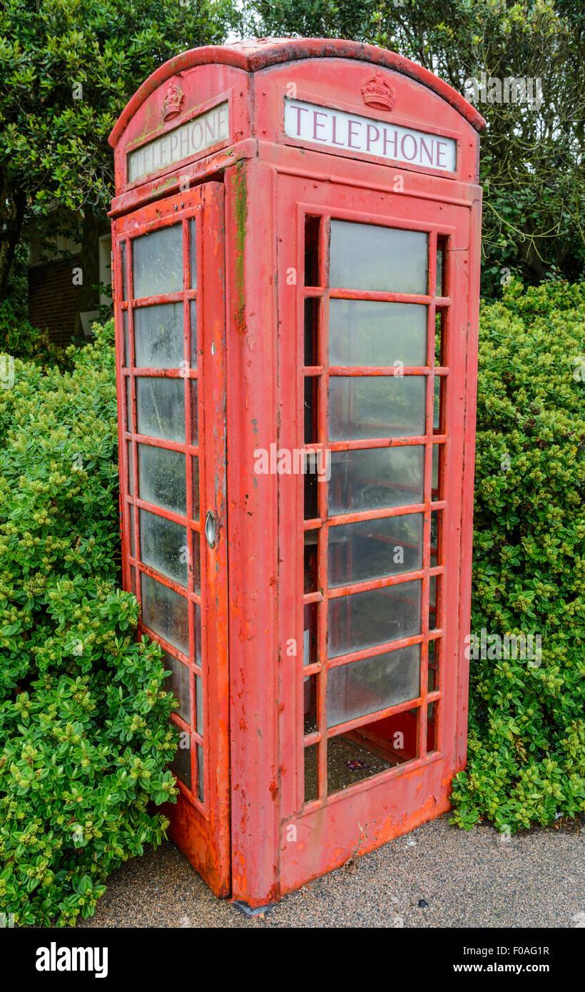 British Telecom K6 modelo teléfono rojo caja (quiosco de teléfonos) en mal estado, Grado II, en Littlehampton, West Sussex, Inglaterra, Reino Unido. Foto de stock