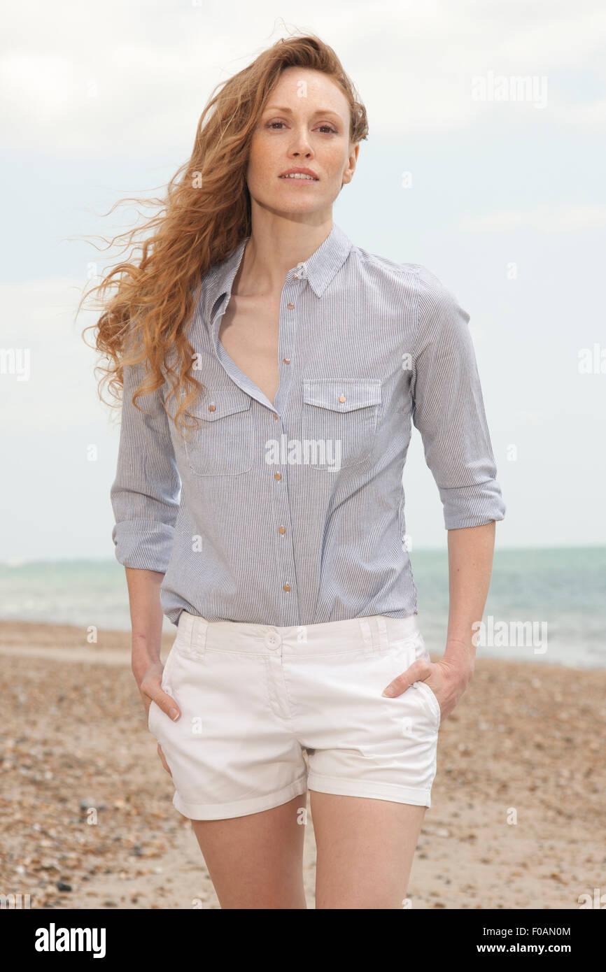 Atractiva La Pelirroja Caminando Pantalones Por Mujer Playa En dCBxoe