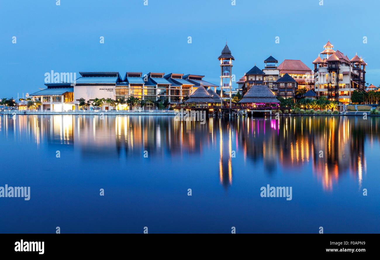 El Putrajaya Centro Marítimo y el Pullman Putrajaya Hotel. Imagen De Stock