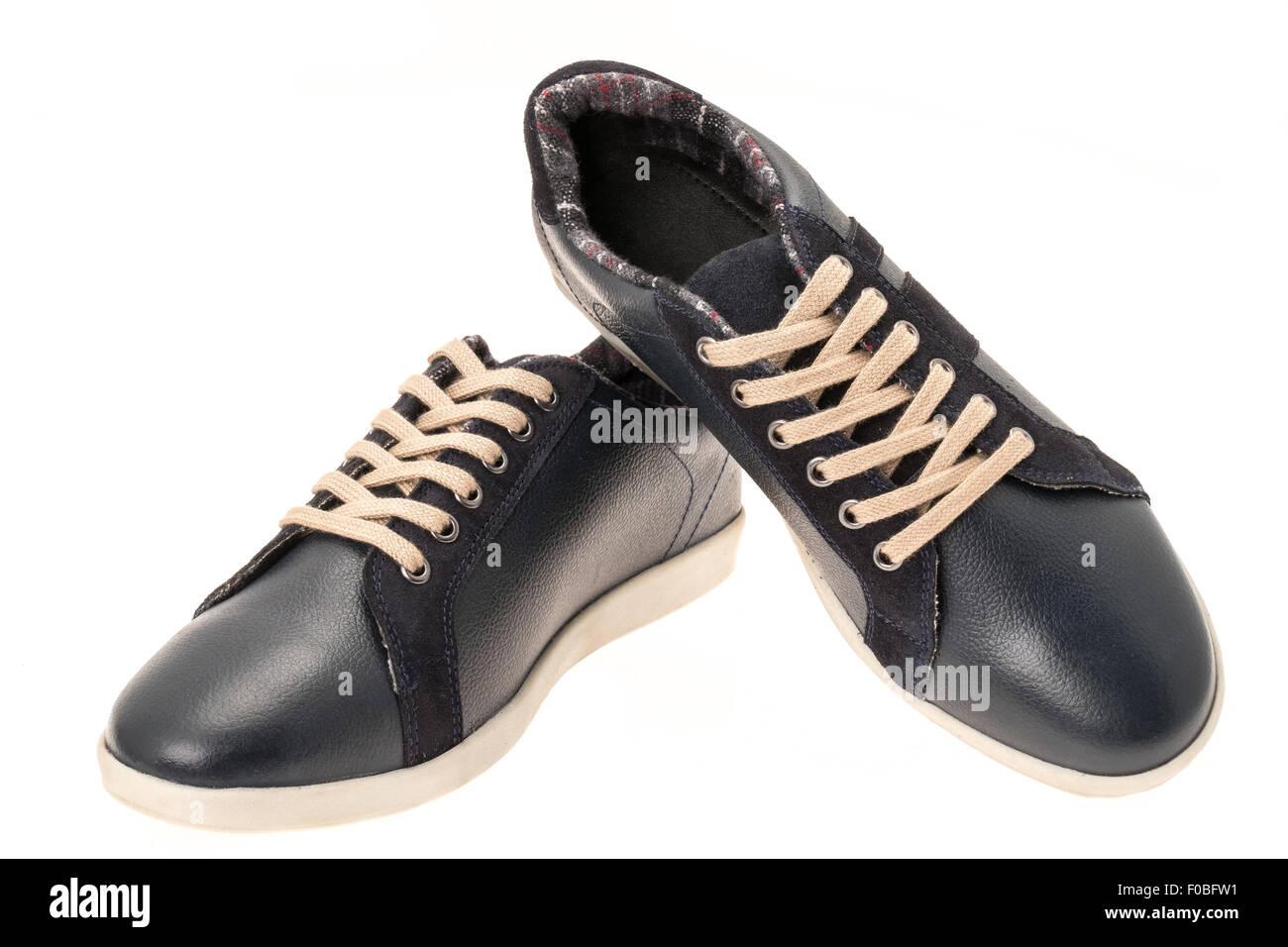 Cuero negro calzado deportivo casual - aislado en blanco Imagen De Stock