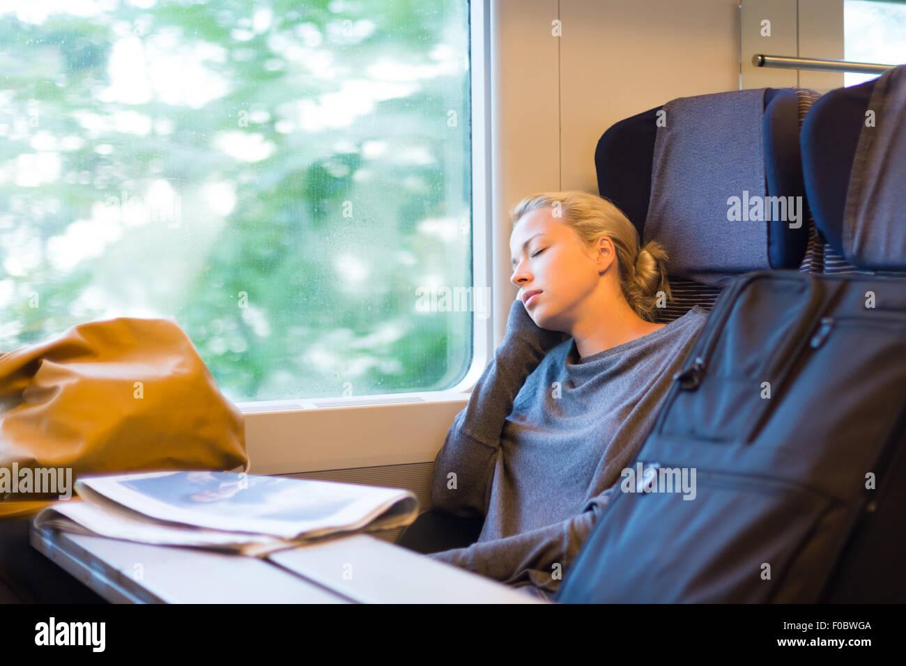 Lady viajar dormitar en un tren. Imagen De Stock