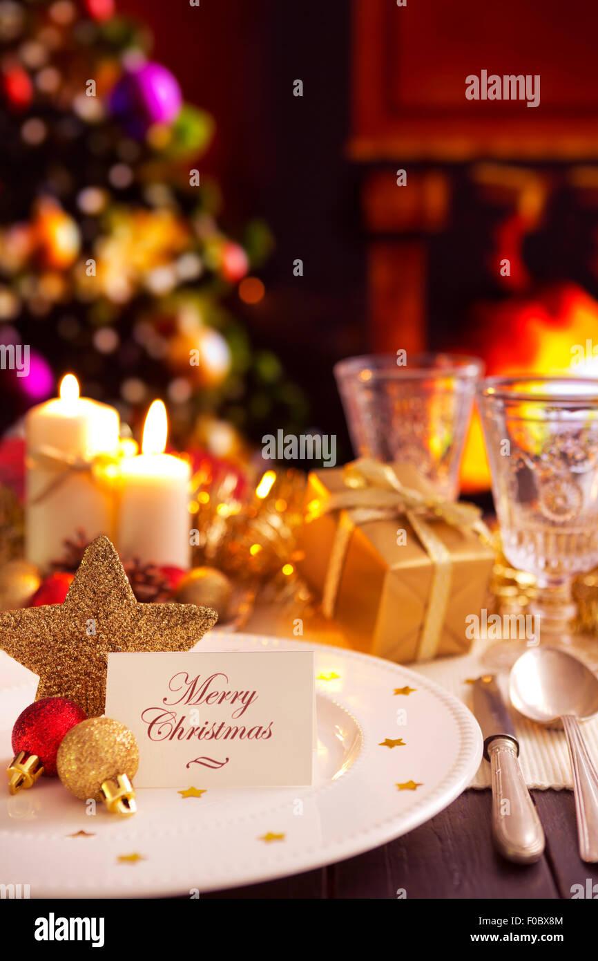 Una rom ntica cena de navidad la mesa con velas y decoraciones de navidad foto imagen de stock - Cena romantica con velas ...