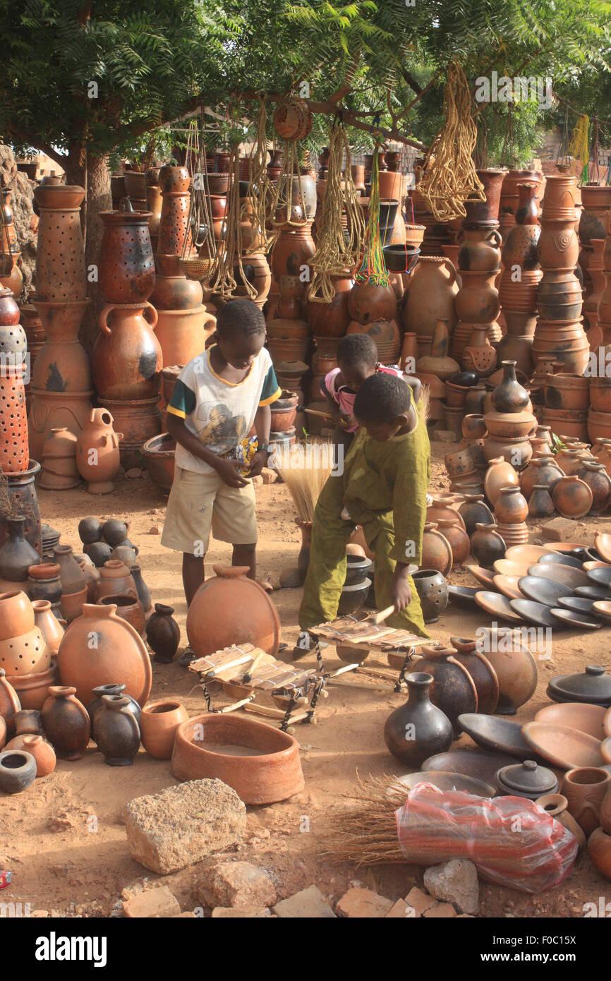 BANDIAGARA, Malí - Octubre 5, 2008: los niños no identificados en un taller de alfarería en bandiagara en la región Foto de stock