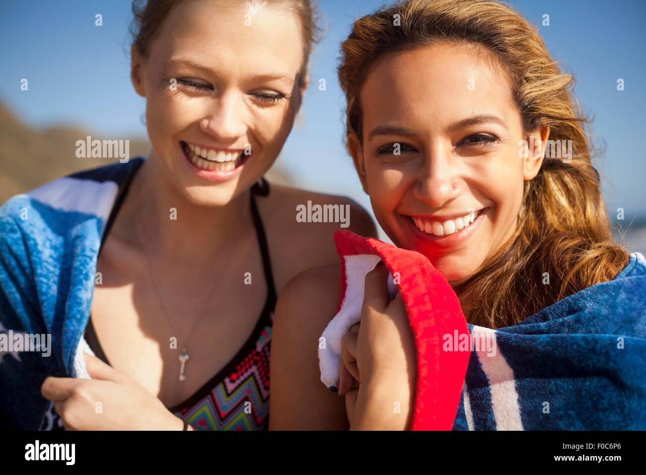 Amigas de vacaciones en la playa Imagen De Stock
