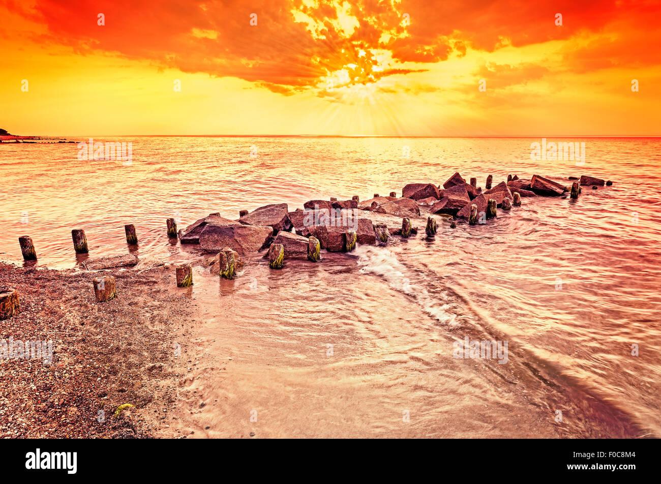Ámbar hermoso atardecer en la playa, verano de fondo. Imagen De Stock