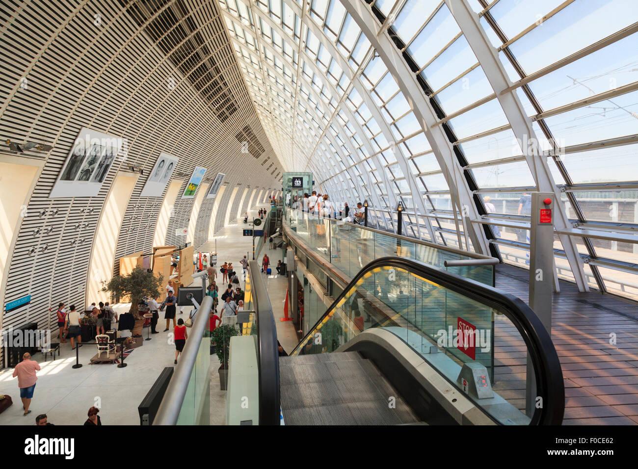 Escalera mecánica en el interior de la moderna arquitectura Avignon TGV railway station Imagen De Stock