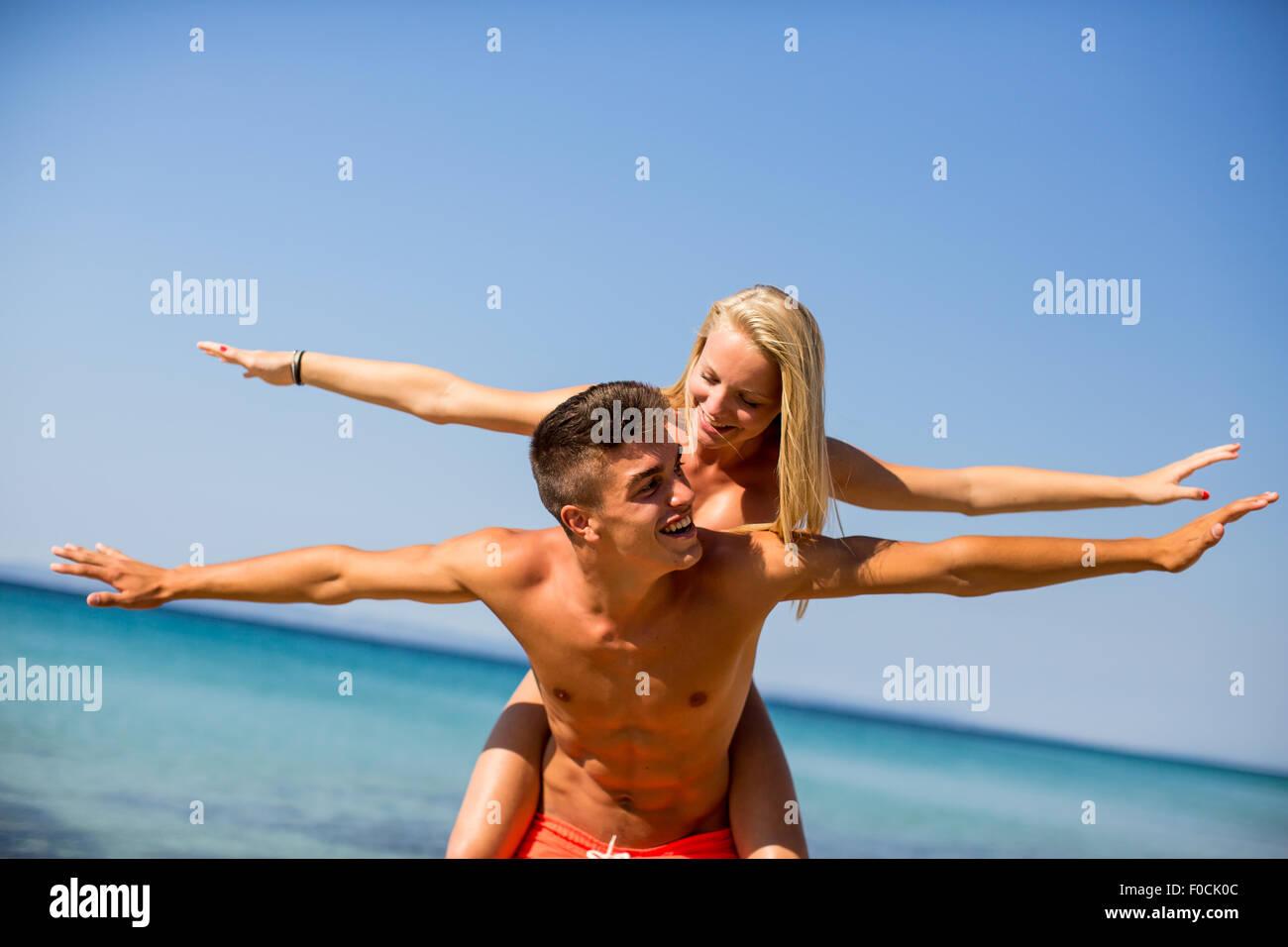 Pareja joven relajándose en la playa Imagen De Stock