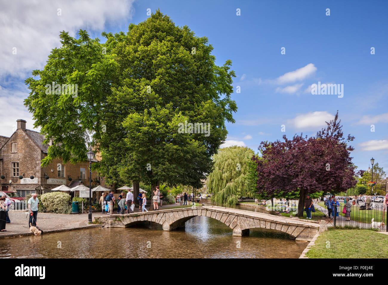 Una tarde de verano en la aldea de Cotswold Bourton-on-the-agua, Gloucestershire, Inglaterra. Foto de stock