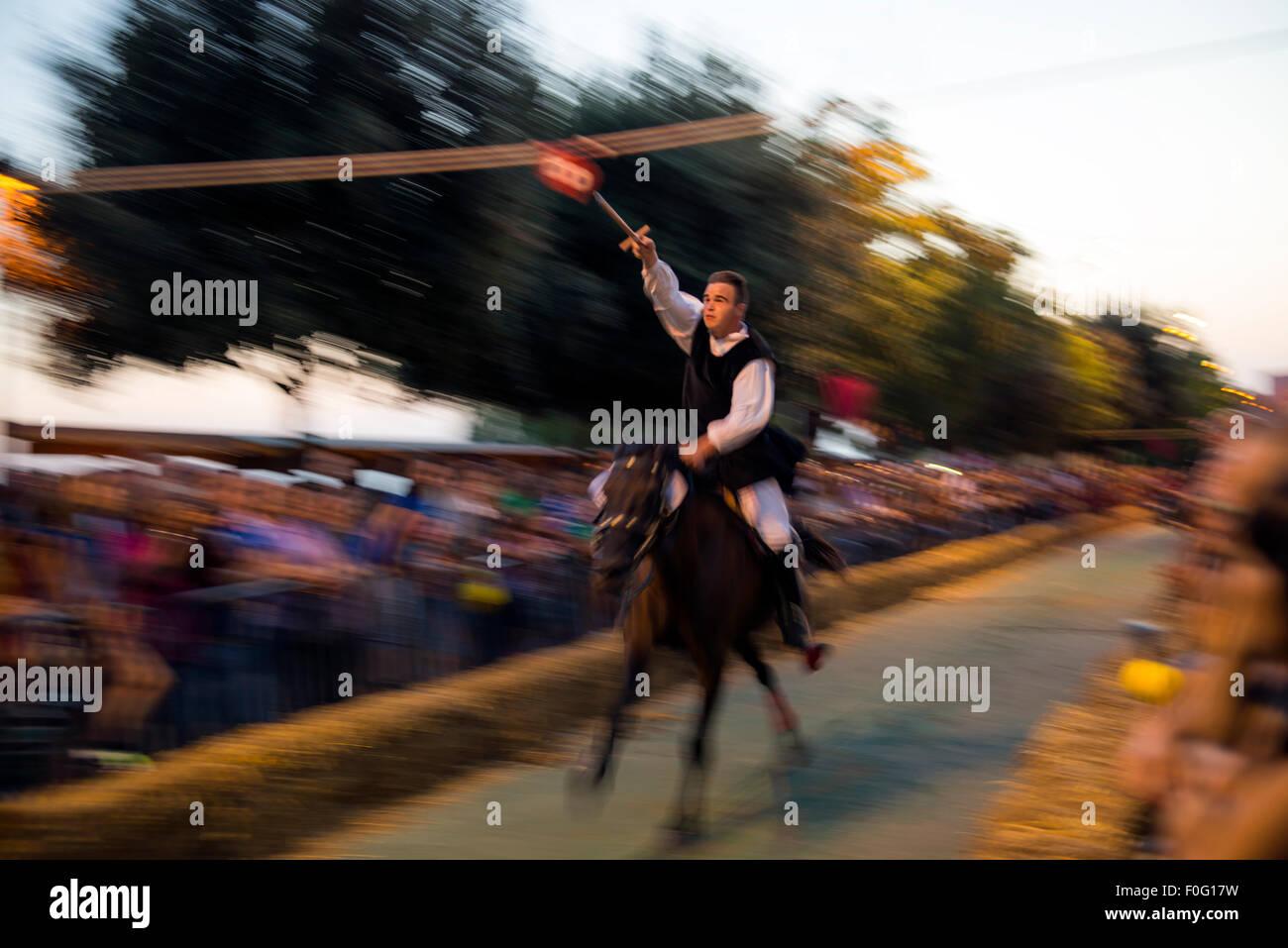 Participante en la carrera a la corona tradicional festival Osilo Cerdeña Italia Imagen De Stock