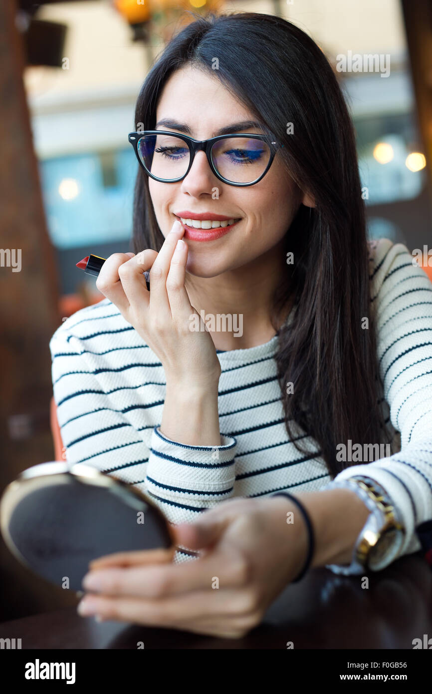 Retrato de joven mujer hermosa que componen su cara. Imagen De Stock