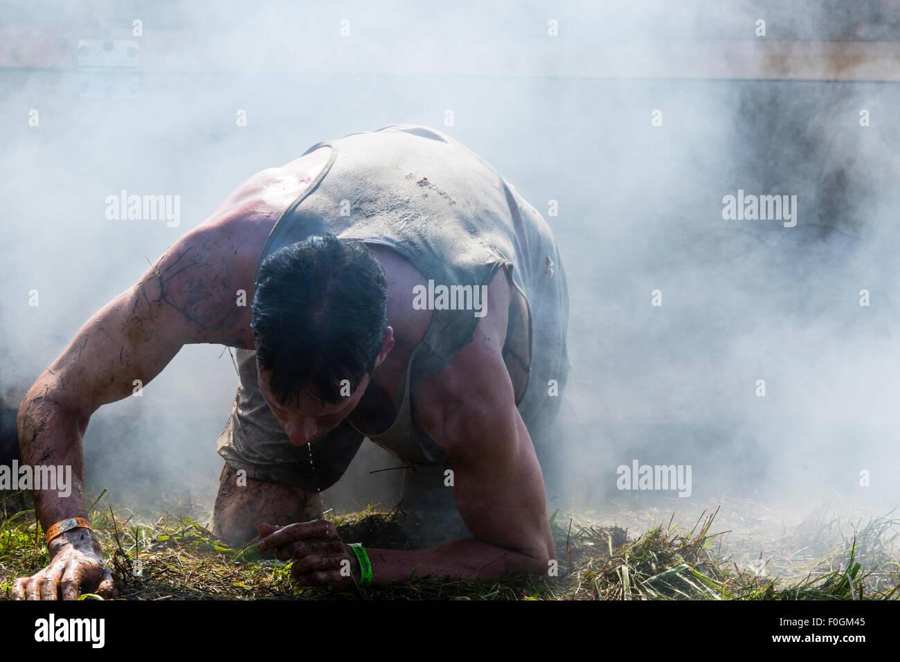 Toronto, Canadá. 15 Aug, 2015. Tough Mudder obstáculo curso Aug 15 2015 Toronto Ontario.corredores en Imagen De Stock