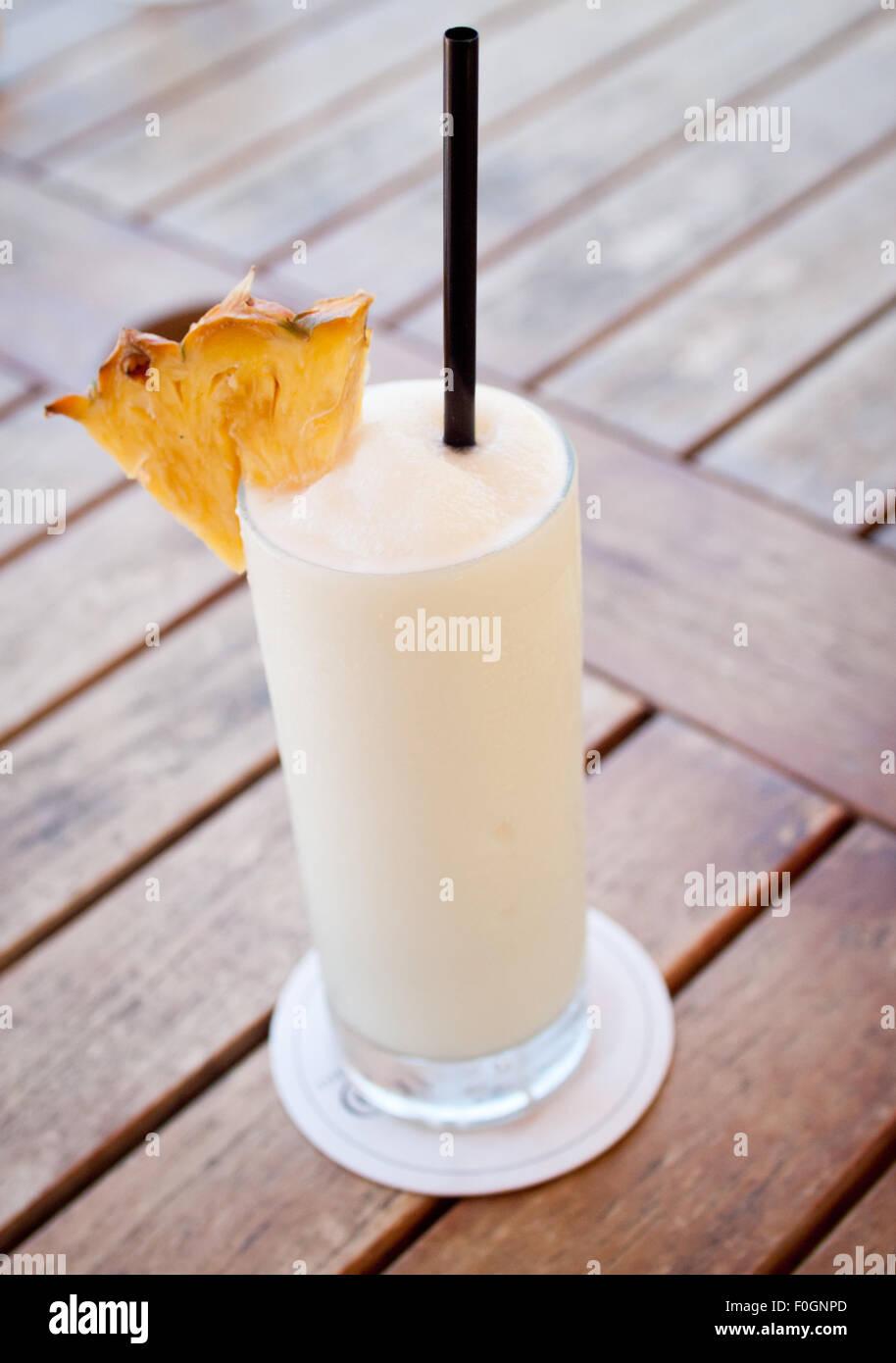Una piña colada (piña colada) cóctel. Imagen De Stock