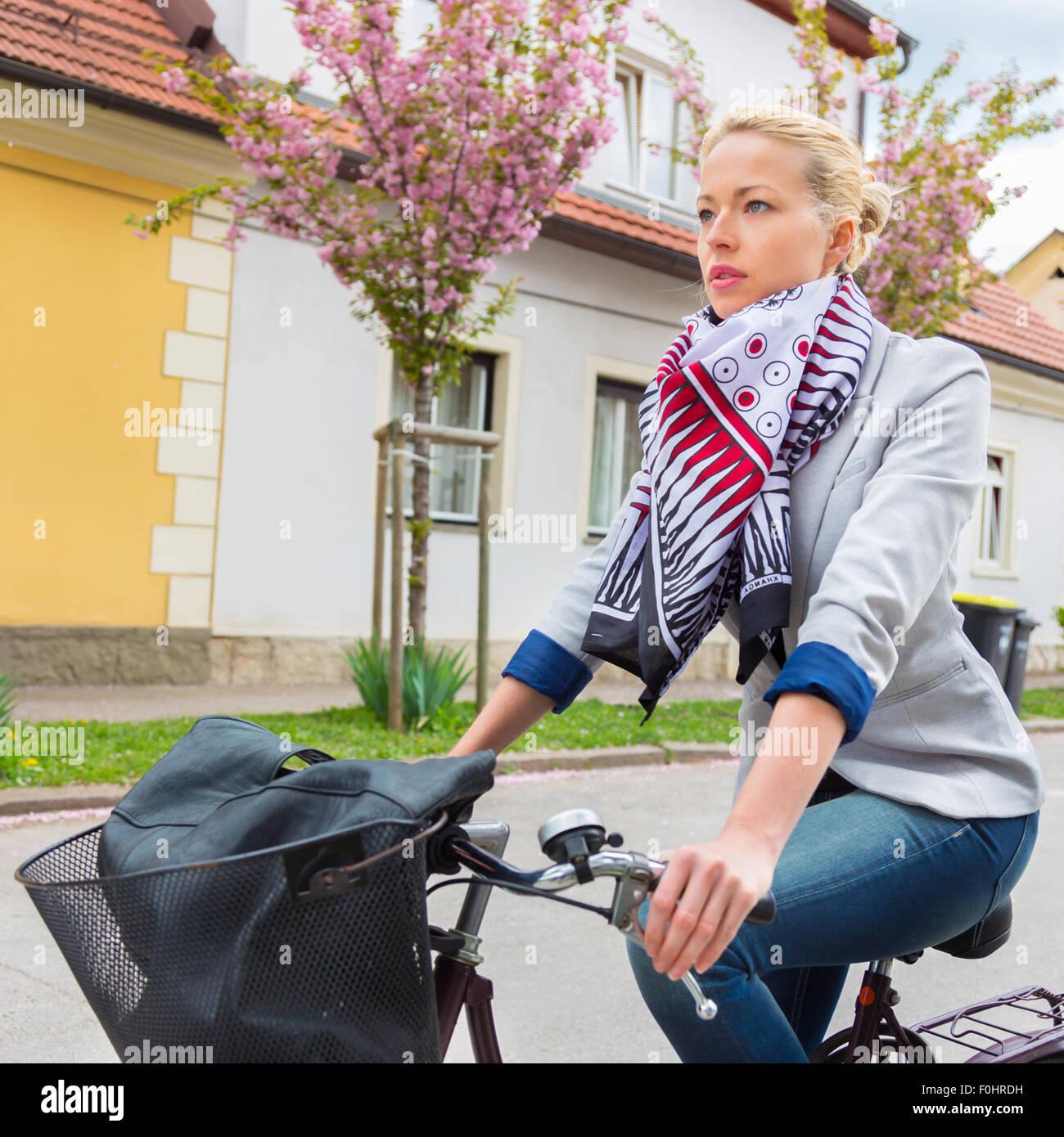 Mujer montando en bicicleta. Imagen De Stock