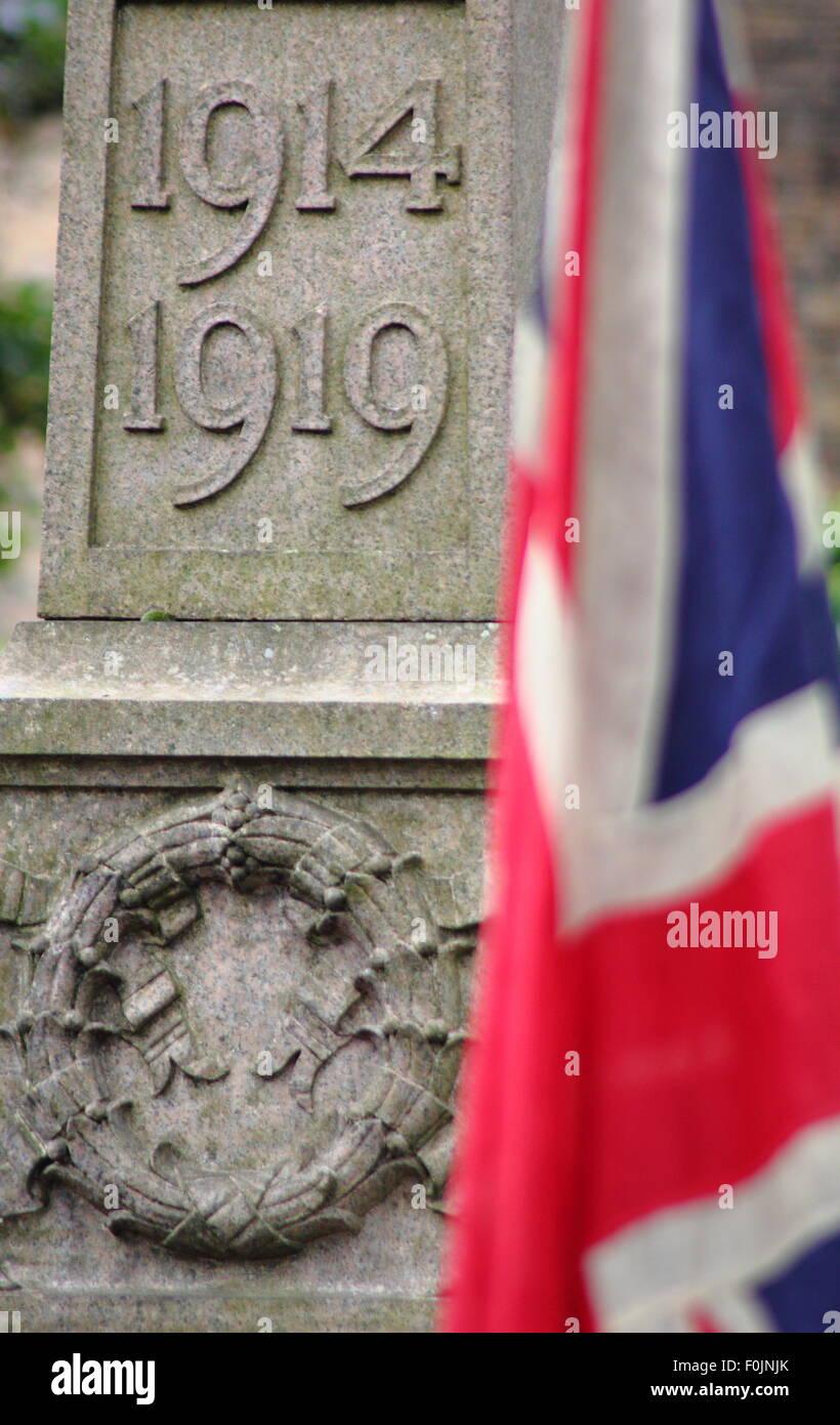 Una bandera Union Jack por un monumento conmemorativo de la guerra ...