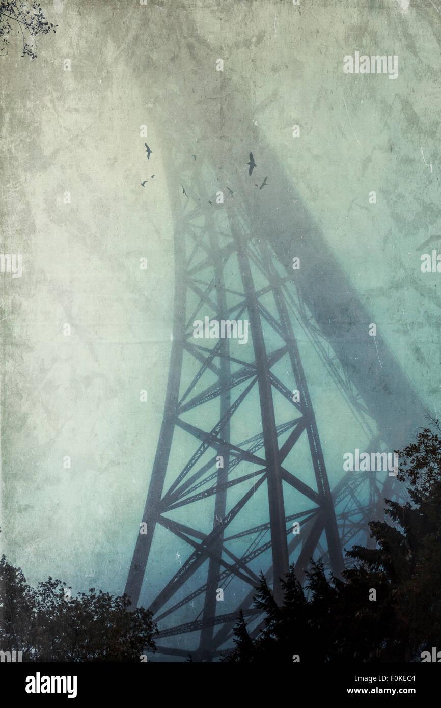 Silueta de Muengsten Bridge en la niebla, con el efecto de textura Imagen De Stock