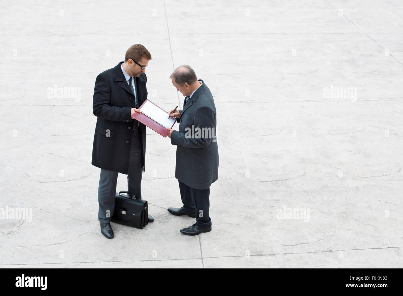 Dos hombres de negocios de la firma ducument cuadrado Imagen De Stock