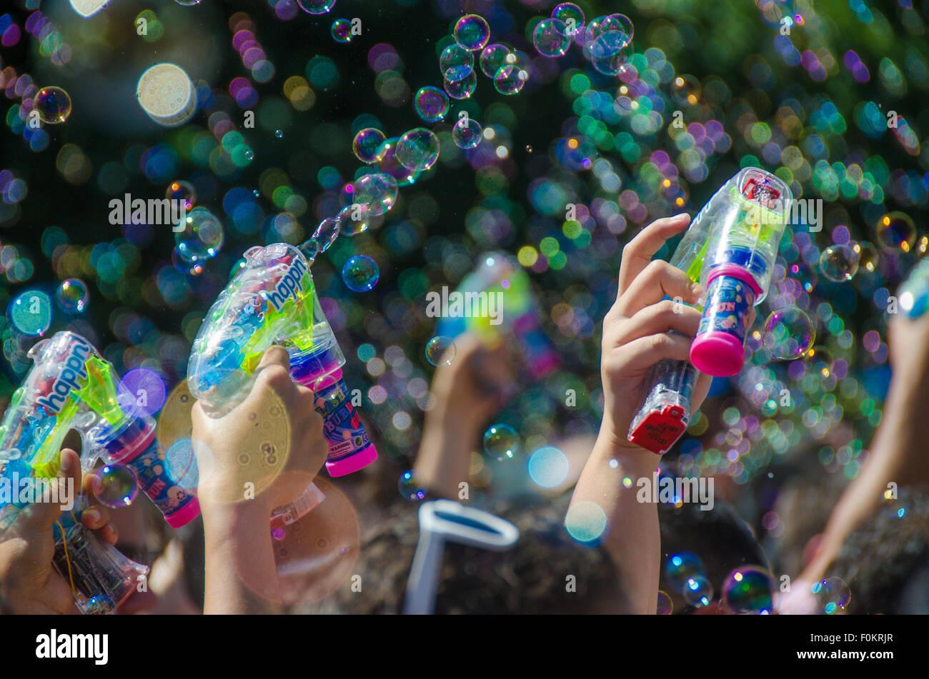 Millones de burbujas flotan en el aire en la Ciudad de Nueva York bublé anual del tiroteo en Union Square Park. Imagen De Stock