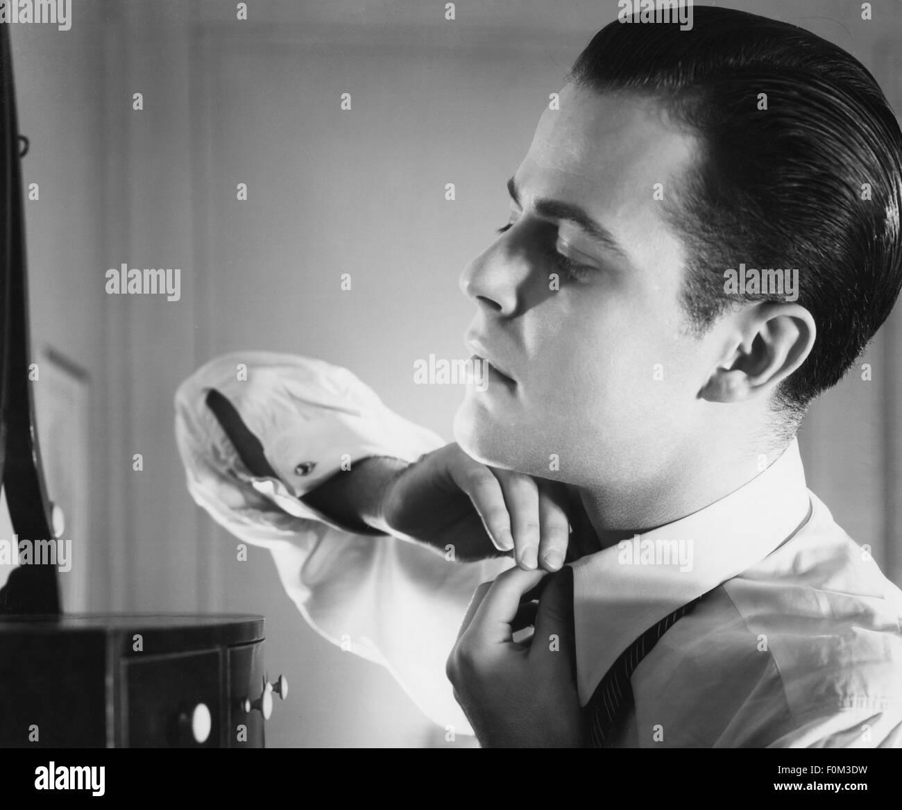 Personas, hombres, retrato / longitud media - 60s, hombre abotonarse la camisa hasta 1960, Additional-Rights-Clearences Imagen De Stock