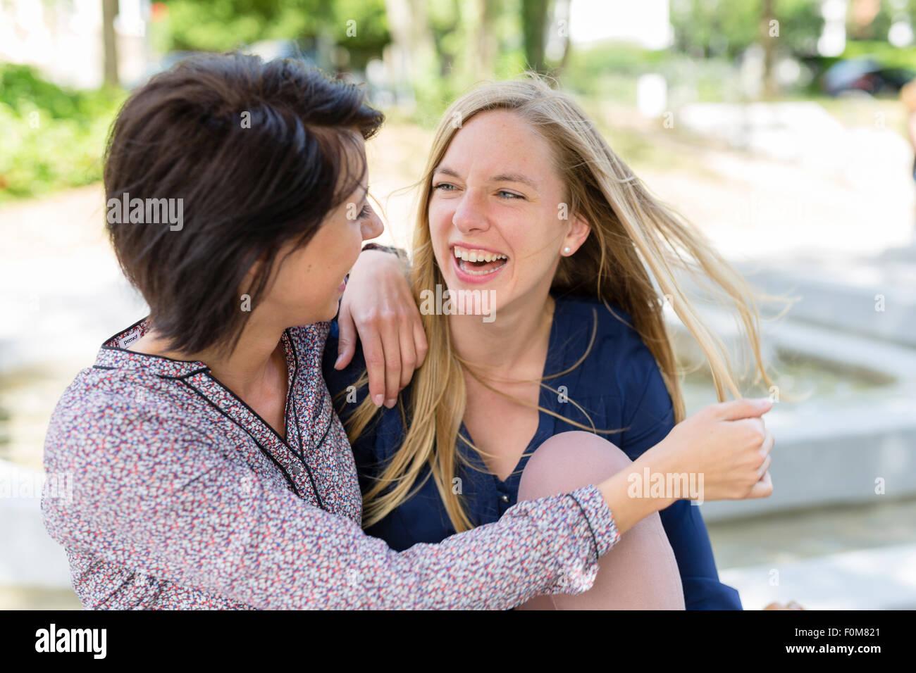 Dos amigas se ríen juntos y hablar Imagen De Stock