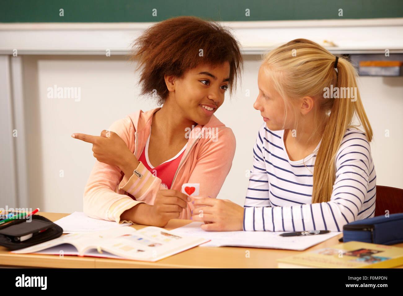 Chica manos sobre una carta de amor a su compañero de clase Foto de stock