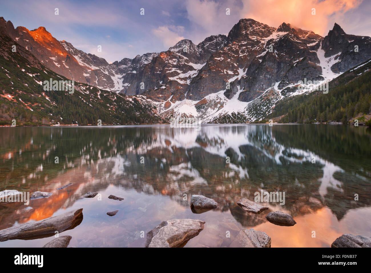 El Morskie Oko lago de montaña en las montañas de Tatra en Polonia, fotografiado al atardecer. Imagen De Stock