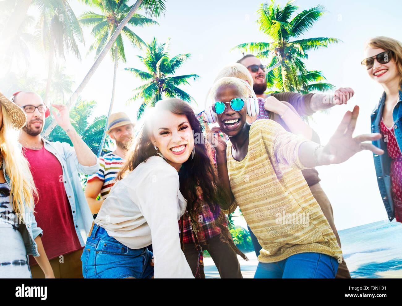 Los amigos de verano bailando Beach Party Concepto Imagen De Stock