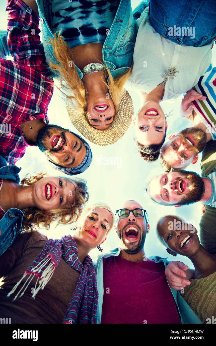 Los amigos se apiñan unir el concepto de grupo de fiesta Imagen De Stock