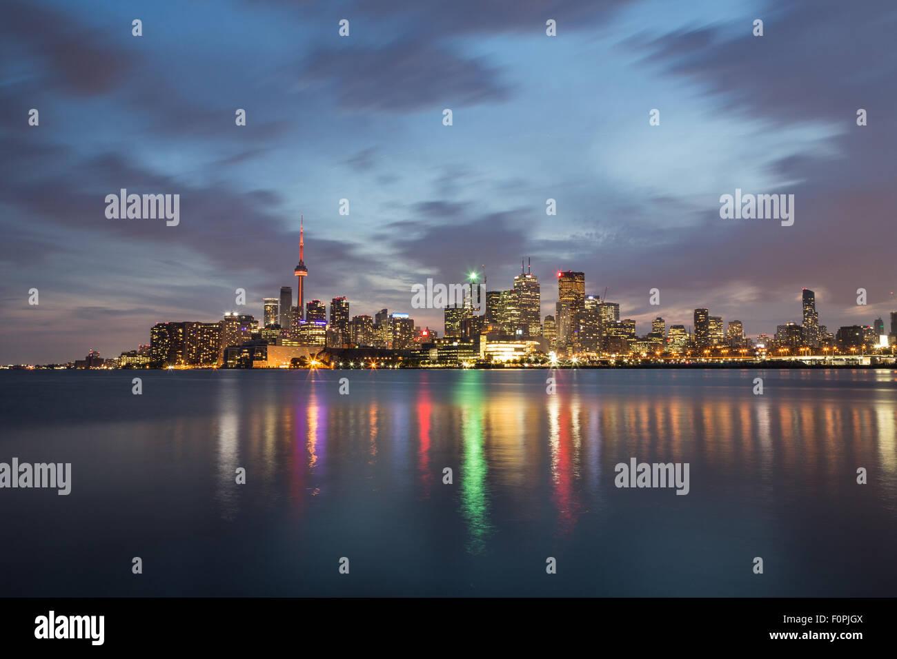 El horizonte de Toronto durante la noche mostrando los edificios y los reflejos en el Lago Ontario Imagen De Stock