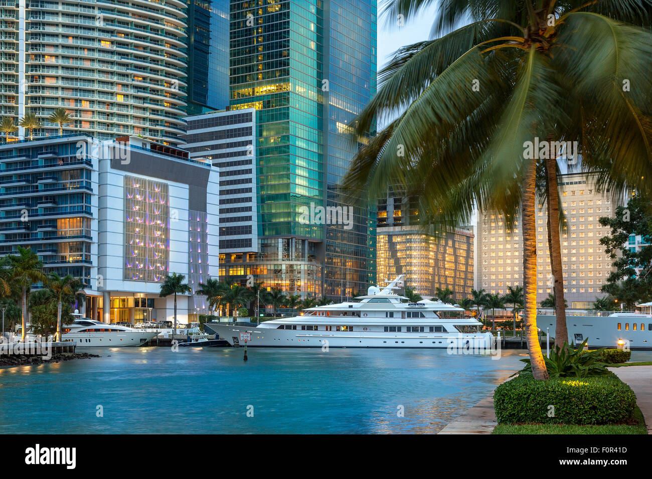 Centro de Miami, Brickell Key en la noche Imagen De Stock