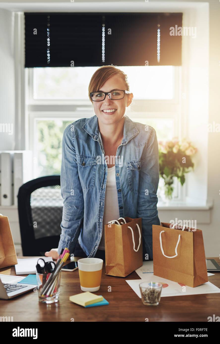 Mujer de negocios confiados en la oficina sobre la mesa permanente Imagen De Stock