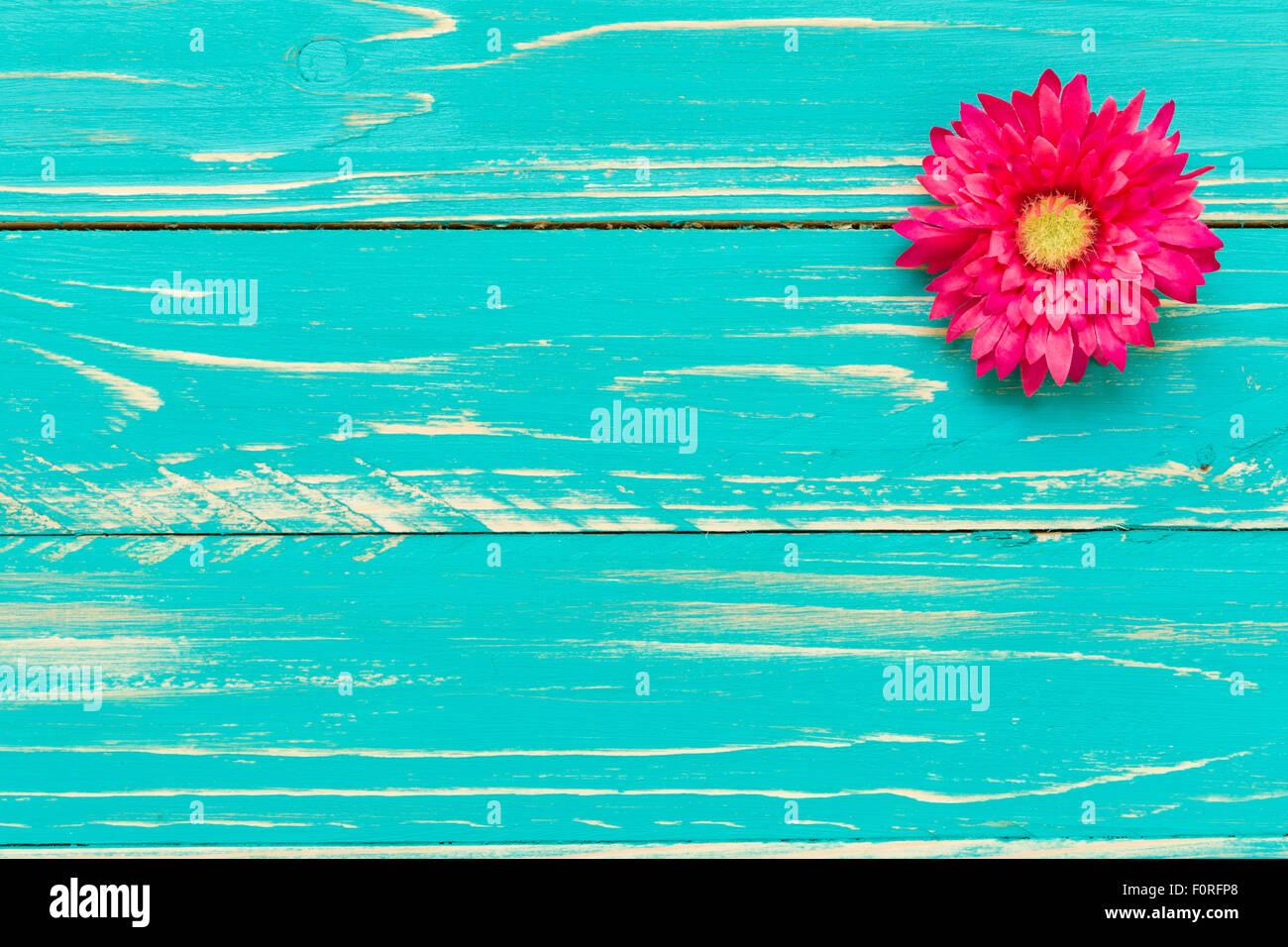 Flor O Flor Azul Sobre Fondo Vintage De Madera Foto