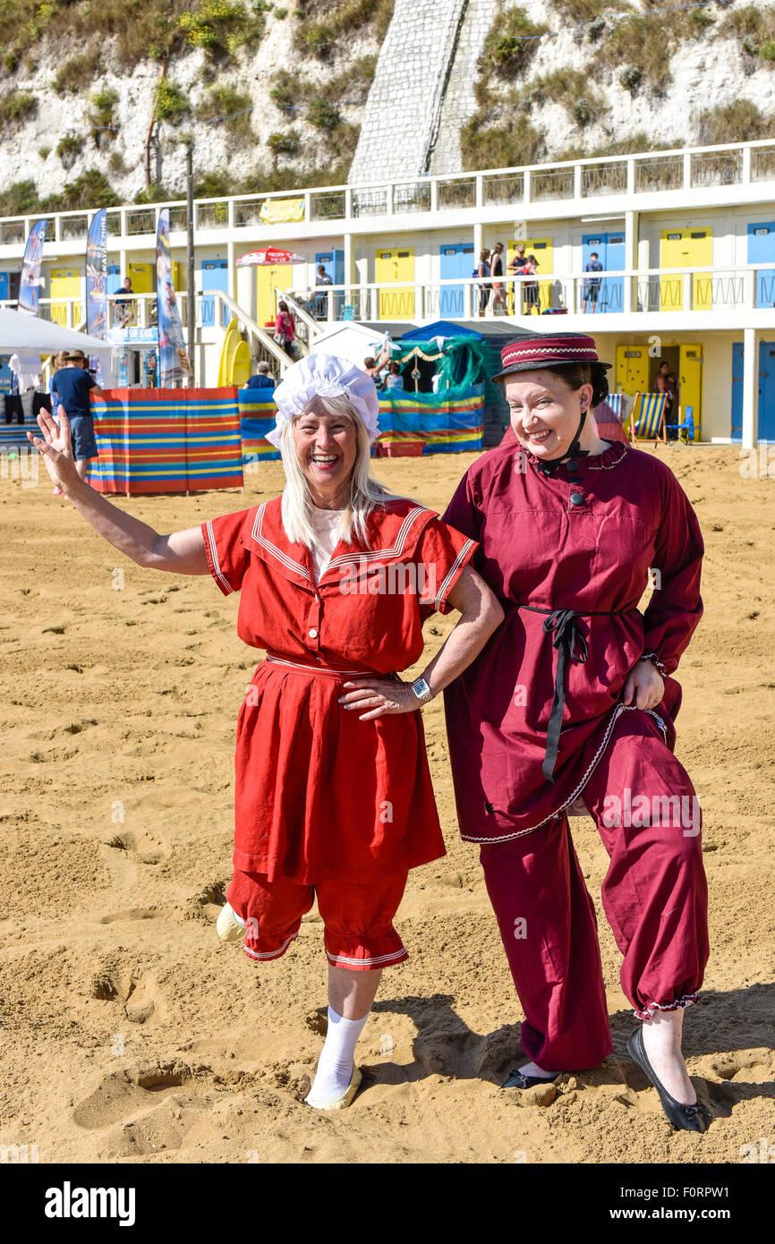 Dos mujeres vistiendo trajes de baño de estilo tradicional victoriano en la playa en la Bahía de Vikingo Imagen De Stock