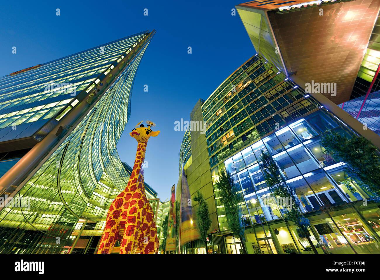 Alemania, Berlín: Arquitectura contemporánea en la plaza Potsdam por noche Imagen De Stock