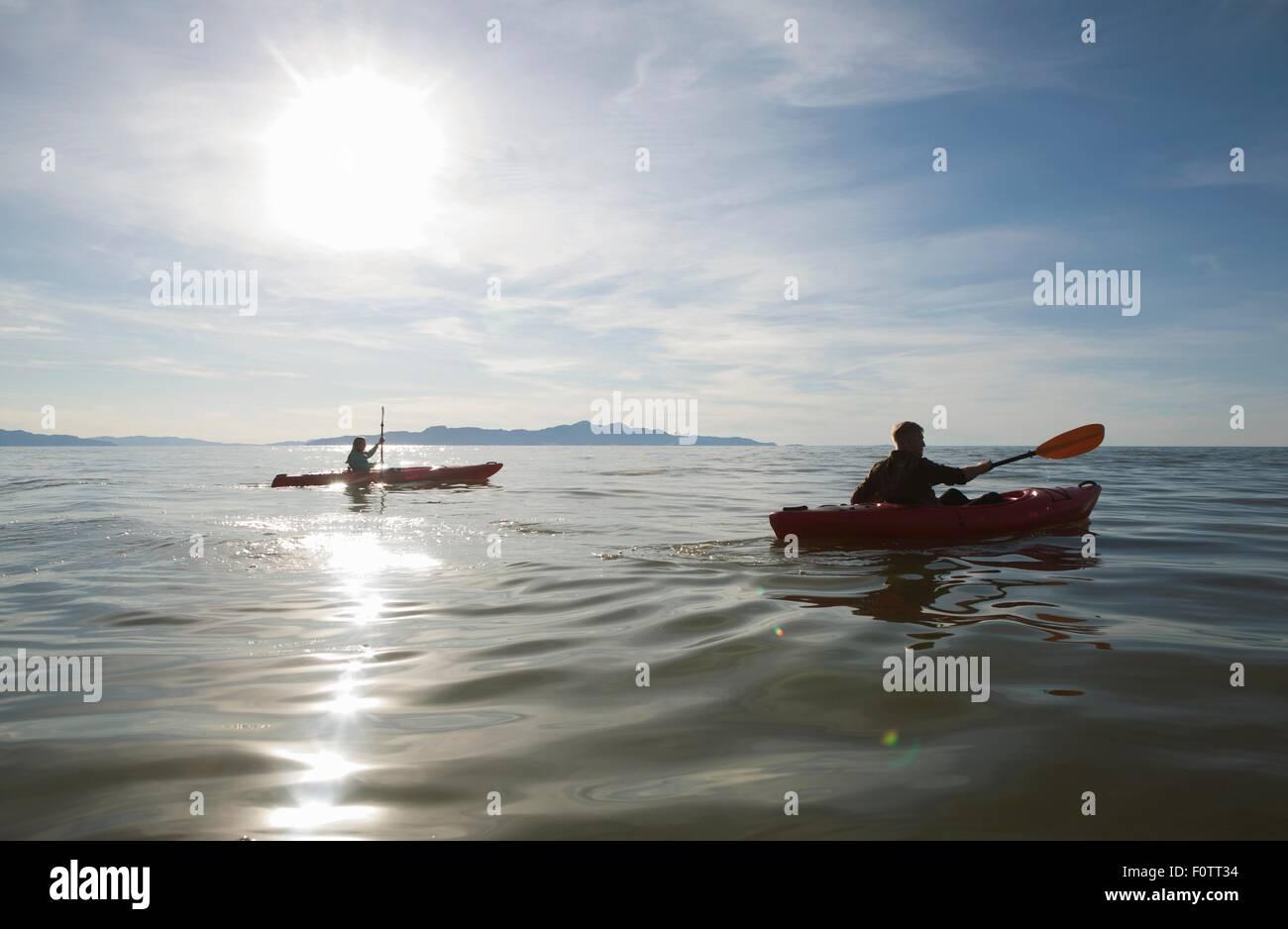 Par de kayak, la luz del sol reflejada en el agua, el Gran Lago Salado, Utah, EE.UU. Imagen De Stock