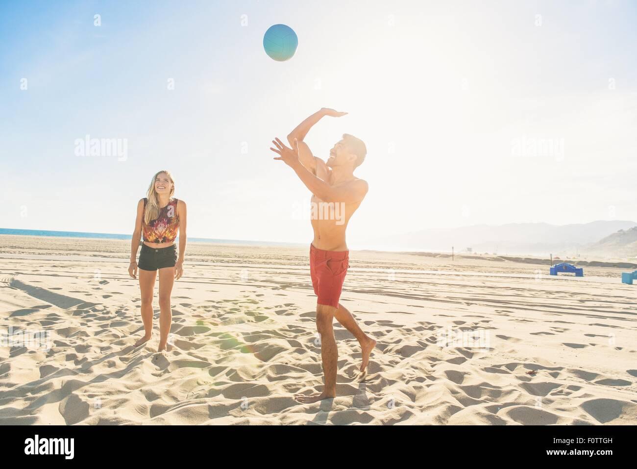 Joven en la playa va a golpear el voleibol Imagen De Stock