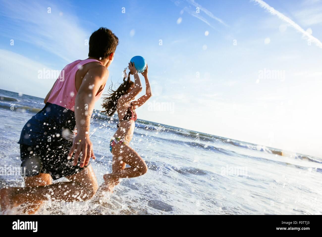 Pareja joven jugando en el mar Imagen De Stock